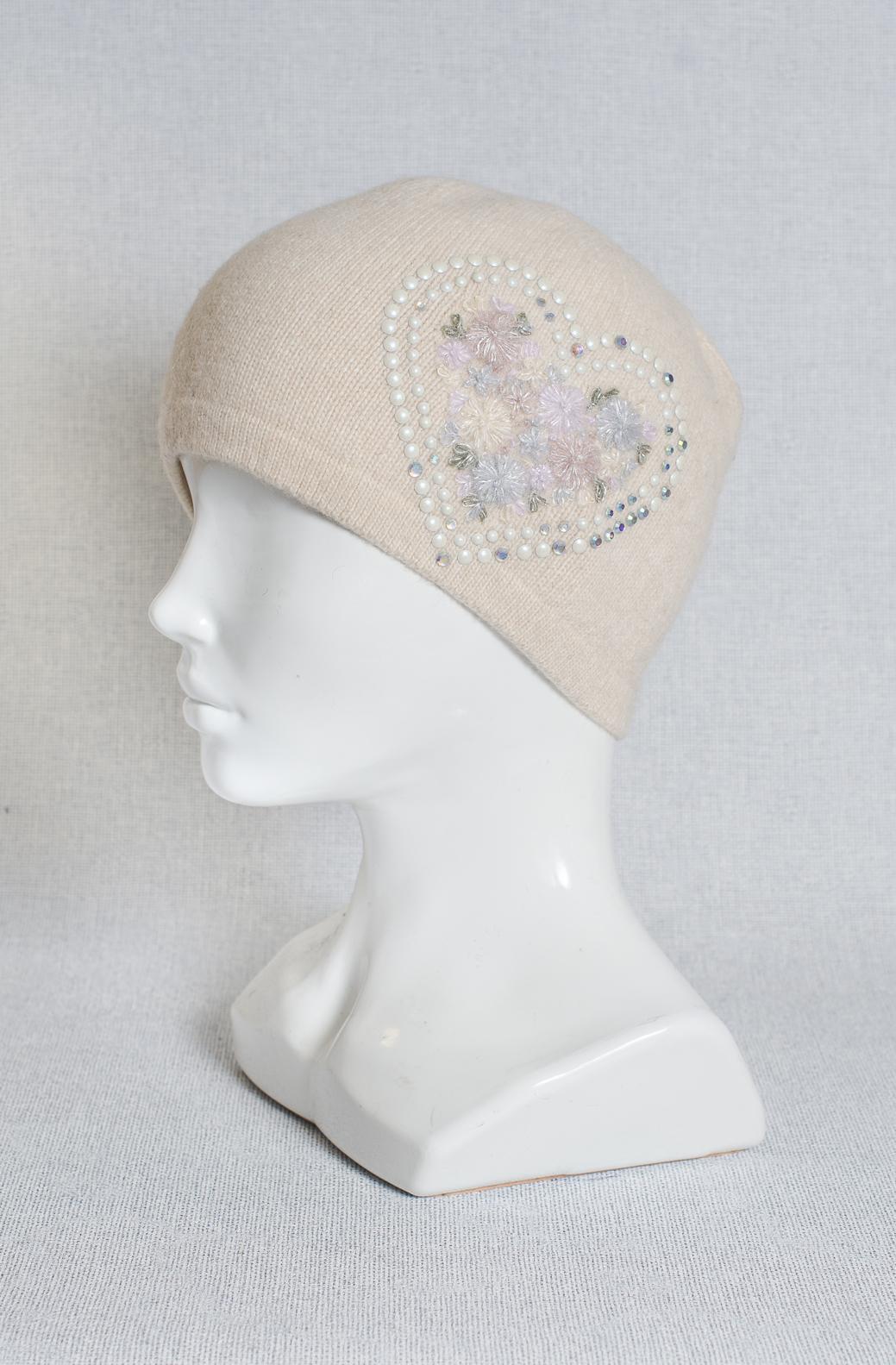 Фото вышивки на шапке стразами